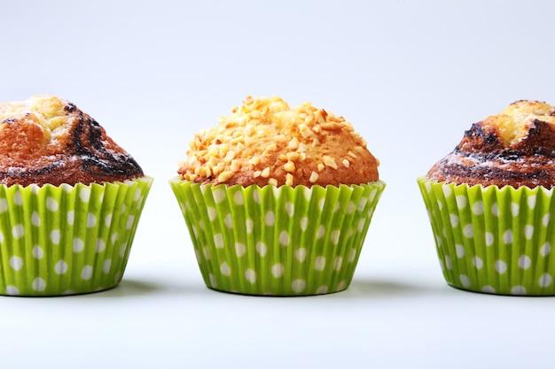 Assortiment de délicieux petits gâteaux faits maison aux raisins secs et au chocolat isolés sur fond blanc. muffins. Photo Premium
