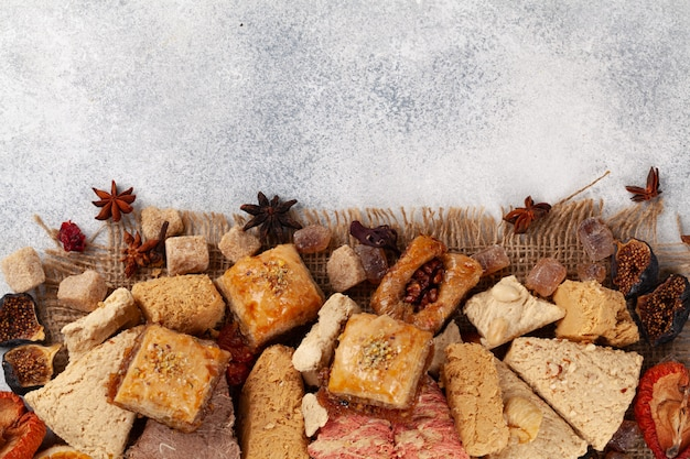 Assortiment De Desserts Turcs Baklava Et Halva Photo Premium