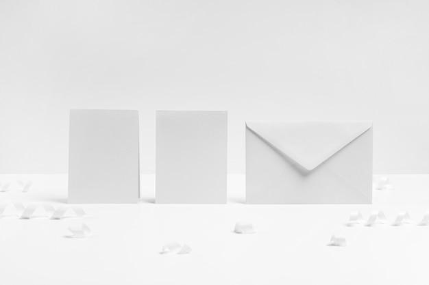 Assortiment Avec Enveloppe Et Morceaux De Papier Photo gratuit