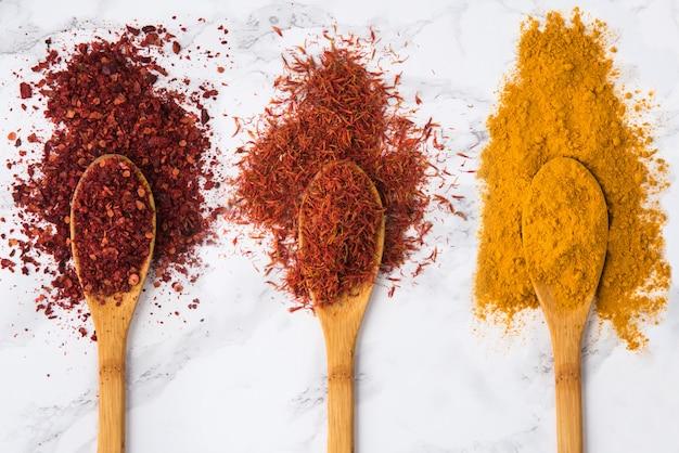 Assortiment D'épices Colorées Dans Les Cuillères En Bois Photo gratuit