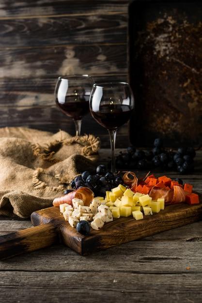 Assortiment de fromages sur plaque de planche de bois. Photo Premium