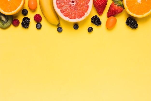 Assortiment de fruits sucrés et juteux Photo gratuit