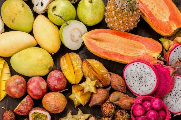 Assortiment de fruits tropicaux thaïlandais sur un fond rustique en bois foncé. Photo Premium
