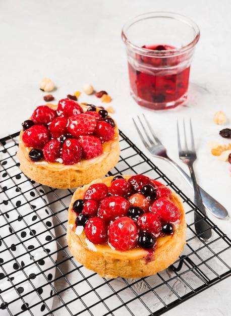 Assortiment De Gâteaux Fruités High Angle Photo gratuit