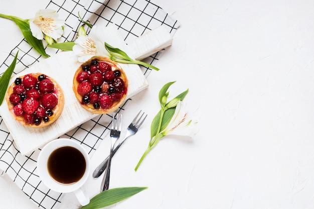 Assortiment De Gâteaux Fruités à Plat Photo gratuit