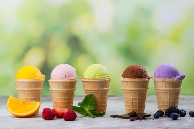 Assortiment de glaces naturelles - fraises, chocolat, orange, myrtilles et menthe Photo Premium