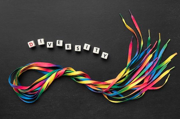 Assortiment De Lacets Colorés Sur Fond Sombre Photo gratuit