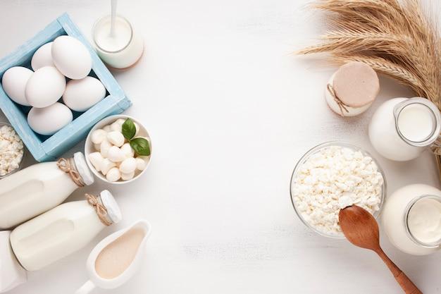 Assortiment de lait avec espace de copie Photo gratuit