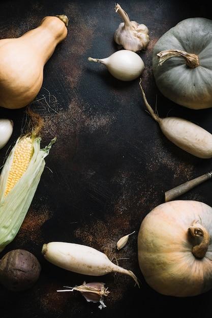 Assortiment de légumes d'automne sur fond d'espace de copie grunge Photo gratuit