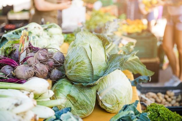 Assortiment de légumes frais au marché Photo gratuit