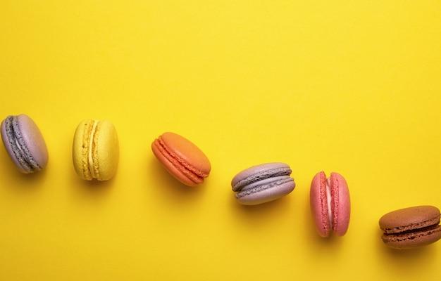 Assortiment de macarons ronds multicolores Photo Premium