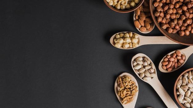 Assortiment de noix en cuillères et bols Photo gratuit