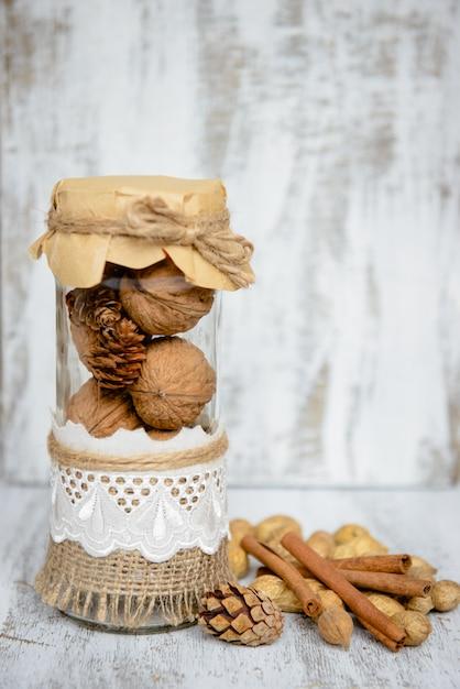 Assortiment de noix sur un fond en bois. Photo Premium