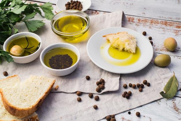 Assortiment d'olives et de pain Photo gratuit
