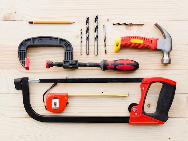 Assortiment D'outils De Menuiserie Sur Table Photo gratuit