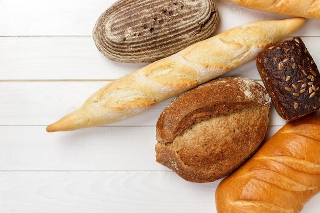Assortiment de pain cuit au four sur une table en bois Photo Premium