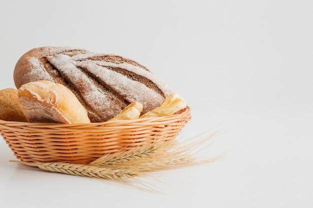 Assortiment de pain dans un panier Photo gratuit