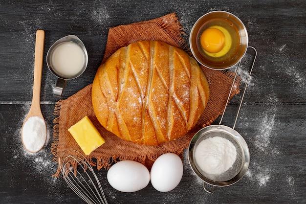 Assortiment de pain et d'œufs Photo gratuit