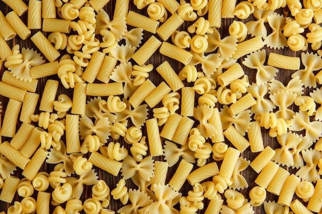 Assortiment De Pâtes Crues Sur Une Table En Bois. Mise à Plat. Photo gratuit