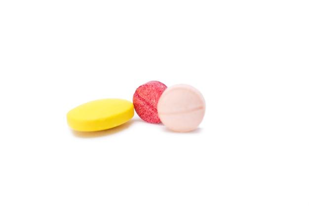 Assortiment de pilules, comprimés et gélules de médicaments pharmaceutiques. Photo Premium
