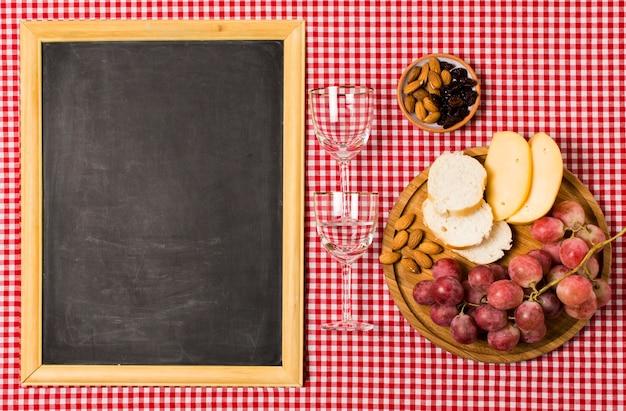 Assortiment de pique-nique avec maquette de tableau Photo gratuit
