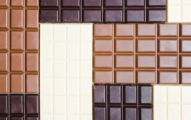 Assortiment à plat avec différents types de chocolat Photo gratuit