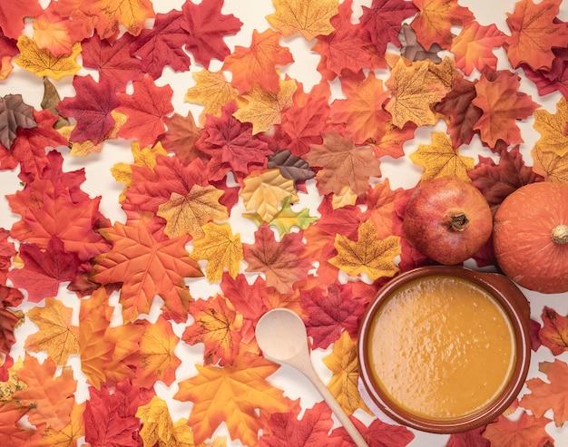 Assortiment plat de nourriture sur fond de feuilles Photo gratuit