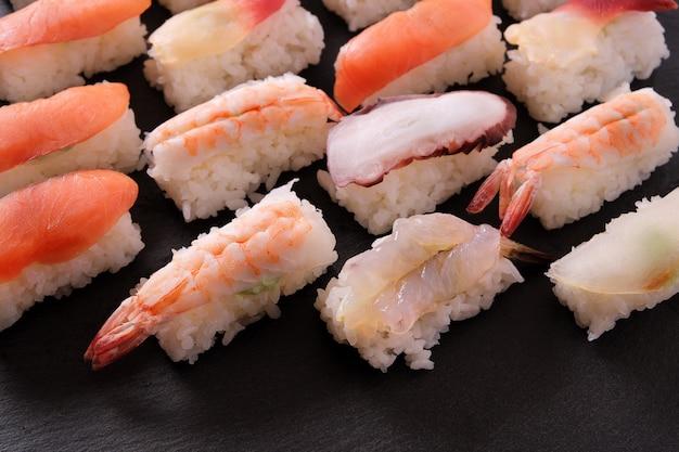 Assortiment de plateaux de sushis japonais Photo Premium