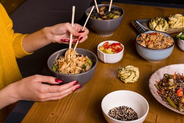 Assortiment de plats asiatiques sur table Photo gratuit