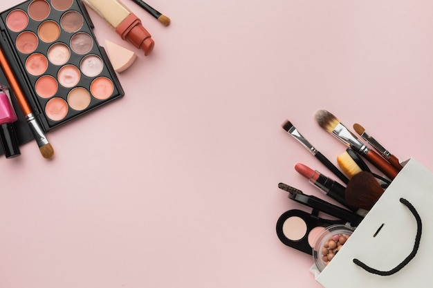 Assortiment De Plats à Plat Avec Cadre De Maquillage Sur Fond Rose Photo gratuit