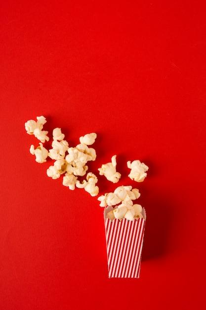 Assortiment De Pop-corn Sur Fond Rouge Photo gratuit