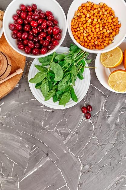 Assortiment De Produits Riches En Antioxydants Et Sources De Vitamines Sur Gris Photo Premium