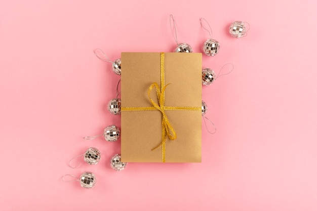 Assortiment De Quinceañera Avec Cadeau Emballé Sur Fond Rose Photo gratuit
