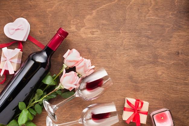Assortiment avec roses et vin Photo gratuit