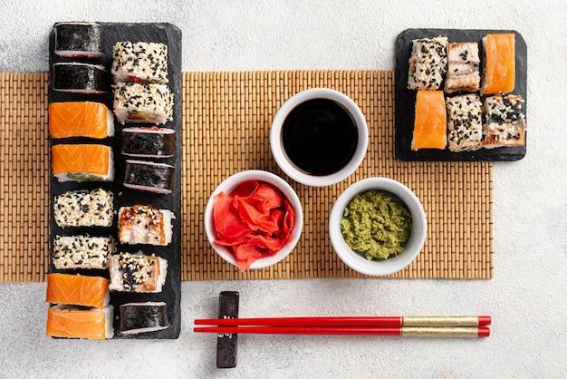 Assortiment De Rouleaux De Sushi Maki à Plat Avec Des Baguettes Photo gratuit