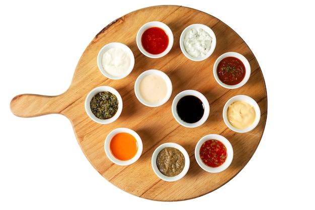 Assortiment De Sauces Dans Des Bols Sur Une Planche De Bois Photo Premium