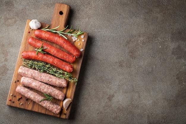 Assortiment De Saucisses Crues Fraîches. Photo Premium
