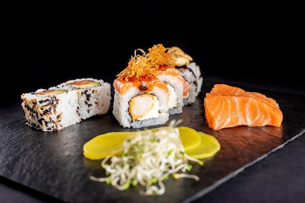 Assortiment de sushi sur assiette Photo Premium