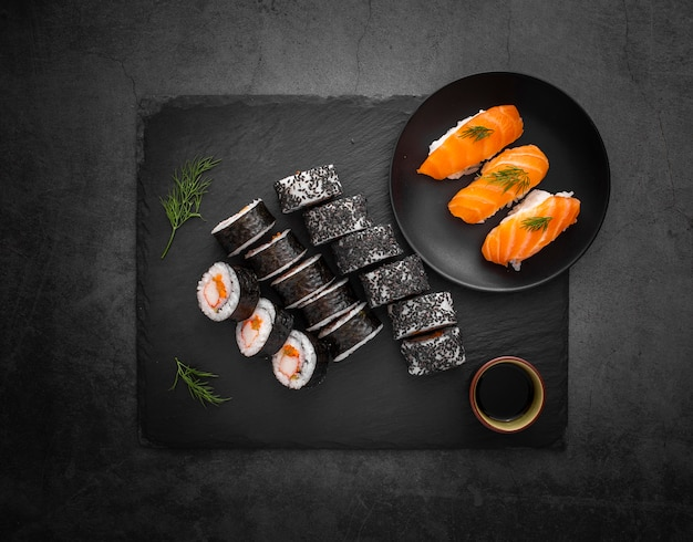 Assortiment de sushis à la sauce soja Photo gratuit