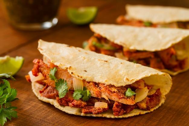 Assortiment De Tacos Sur Fond De Bois Photo Premium