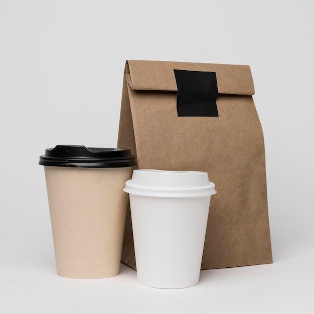 Assortiment Avec Tasses à Café Et Sac En Papier Photo gratuit