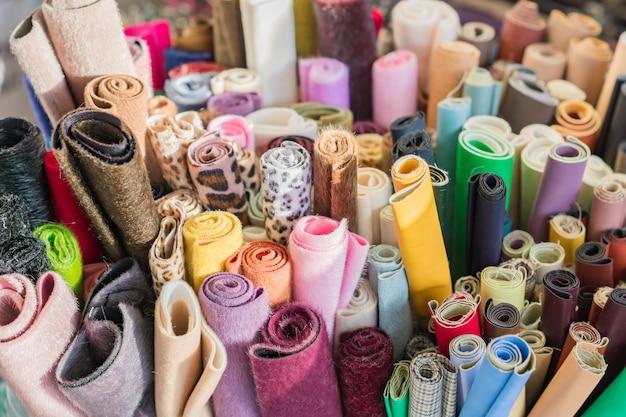 Assortiment de tissus et textiles naturels. matériel de bricolage pour l'artisanat et le scrapbooking. concept de l'industrie de la couture Photo Premium