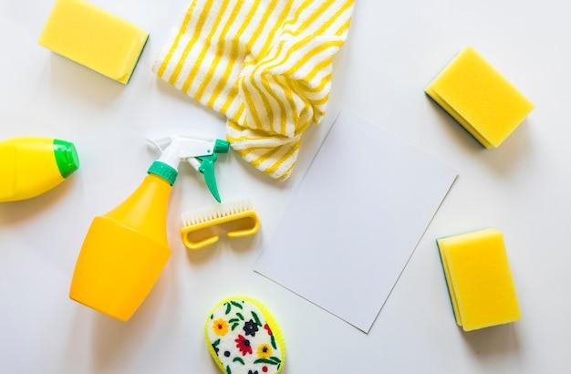 Assortiment de la vue de dessus avec des produits de nettoyage sur fond blanc Photo gratuit