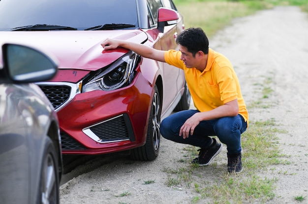 Assurance accident de voiture. pilote en colère après un accident de la route Photo Premium