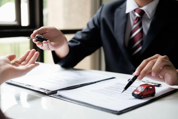Assurance automobile, vente et achat de voiture Photo Premium