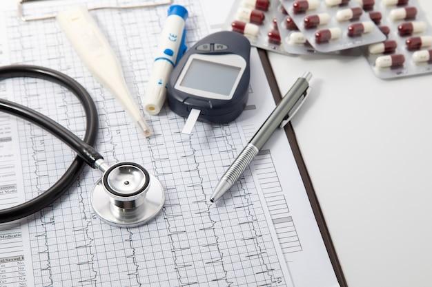 Assurance Santé Et Concept De Fond Médical. équipements Médicaux Stéthoscope Noir Et Concept De Technologie Médicale. Photo Premium