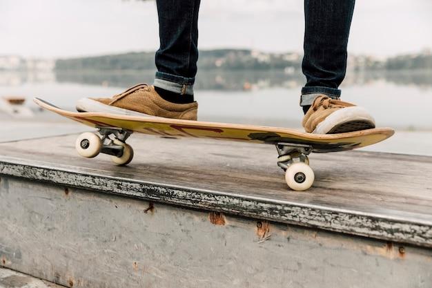 Astuce de skateboard au skate park Photo gratuit