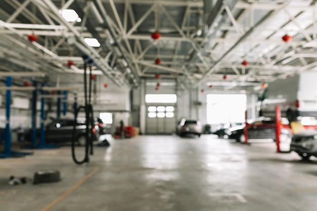 Atelier de carrosserie avec des voitures au travail Photo gratuit