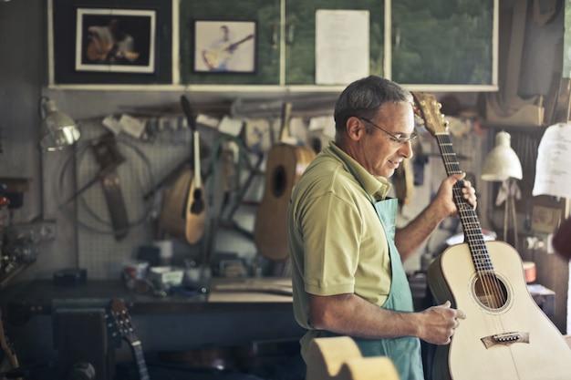 Atelier de réparation de guitares Photo Premium