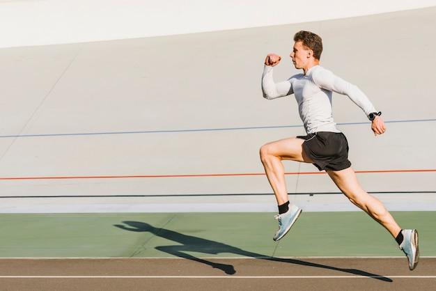 Athlète en cours d'exécution avec espace copie Photo gratuit